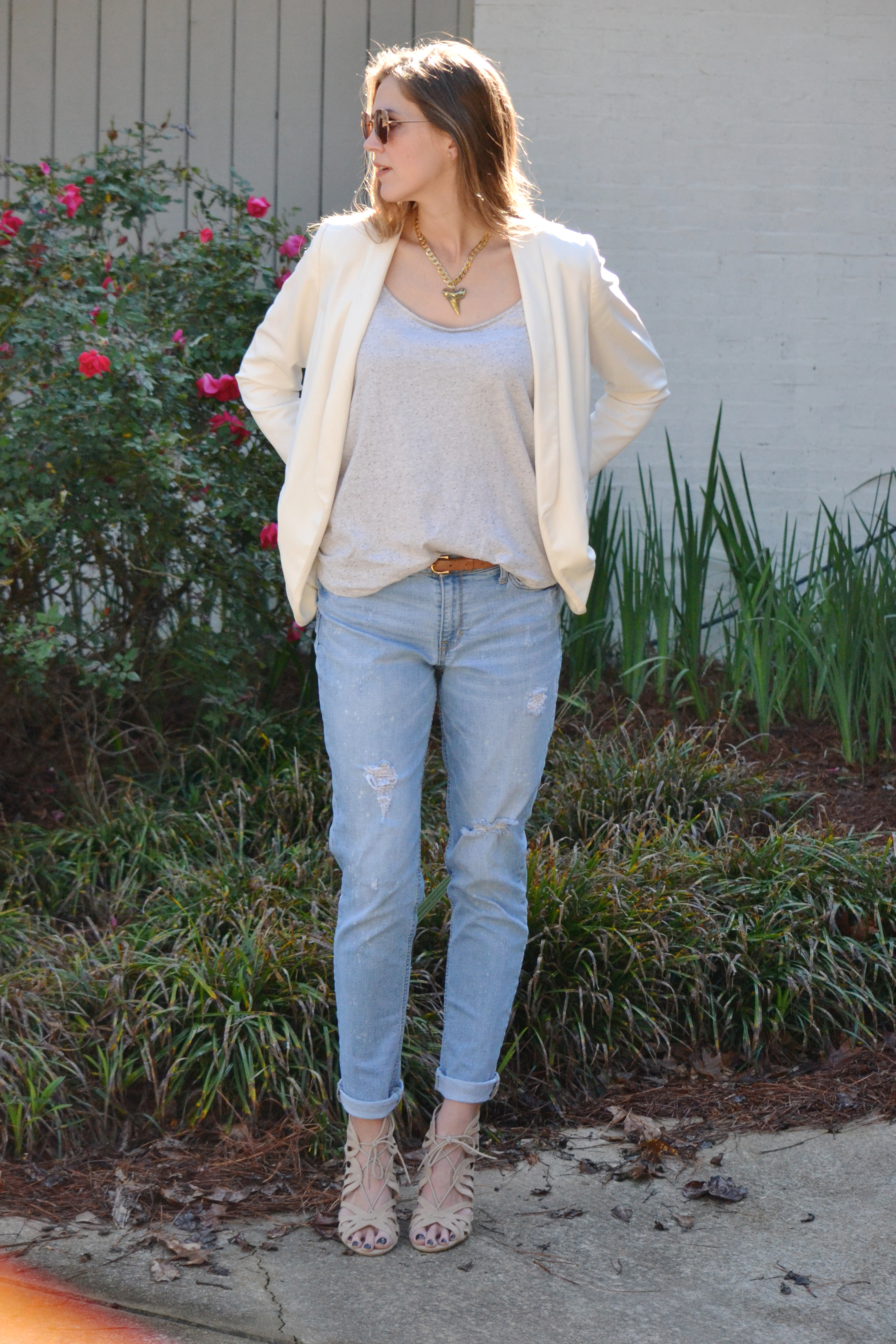 Styling Mom Jeans via thehiveblog.com