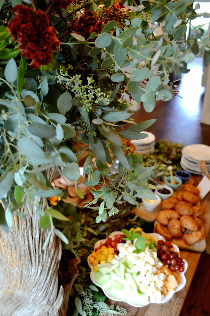 Foresty Florals for a baby boy shower // by Emily Sanders of Confete Events // www.thehiveblog.com